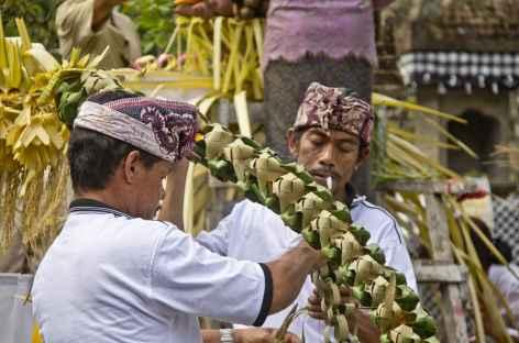 Préparation de fêtes religieuses balinaises - Indonésie -