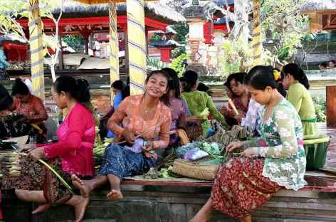 Préparation des offrandes, Bali - Indonésie -