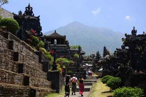 Temple-mère de Besakih, au loin le volcan Agung, Bali - Indonésie -