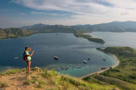 Marche jusqu'au sommet de l'île de Lawa Darat, archipel de Komodo - Indonésie -