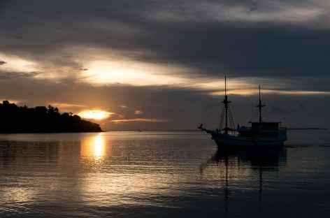 Coucher de soleil dans l'archipel de Komodo - Indonésie -