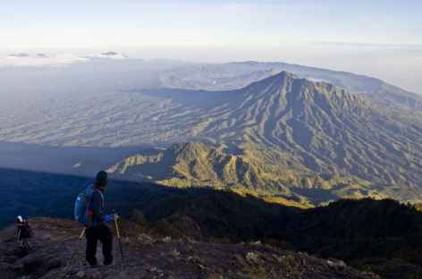 Descente du volcan Agung, en contrebas la caldeira du Batur, Bali - Indonésie -