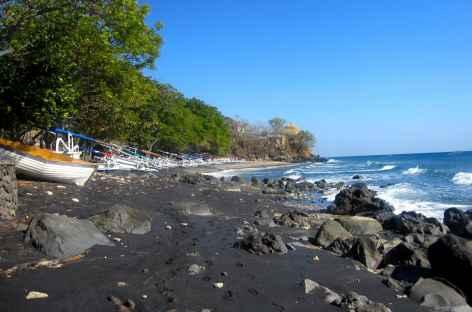 Plages de sable noir à Amed, Bali - Indonésie -