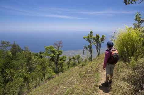 Randonnée le long de la crête nord de la caldeira du Batur, au loin la mer, Bali - Indonésie -