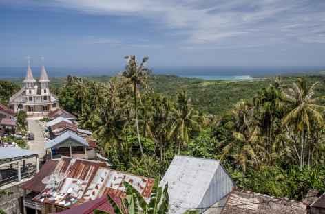 Village de Bawamataluo, au loin la baie de Lagundri, Sumatra - Indonésie -