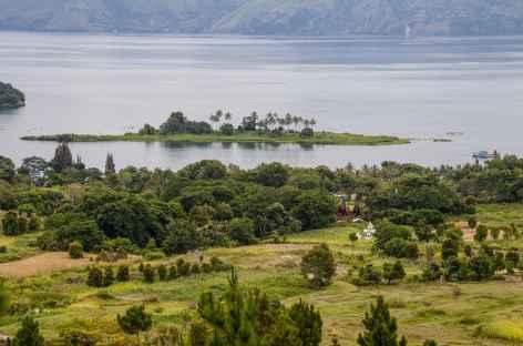 Marche sur les collines de Samosir, vue plongeante sur le lac Toba, Sumatra - Indonésie -