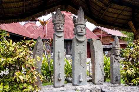 Statues sur l'île de Nias, Sumatra - Indonésie -