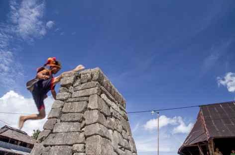 Le traditionnel saut de pierre, île de Nias, Sumatra - Indonésie -