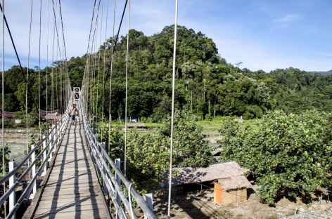Pont suspendu au-dessus de la rivière Bohorok vers Bukit Lawang, Sumatra - Indonésie -