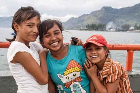 Lors de la traversée en ferry sure le lac Toba, Sumatra - Indonésie -