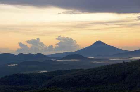 Lever de soleil depuis le volcan Soputan 1 (1805 m), Sulawesi - Indonésie -