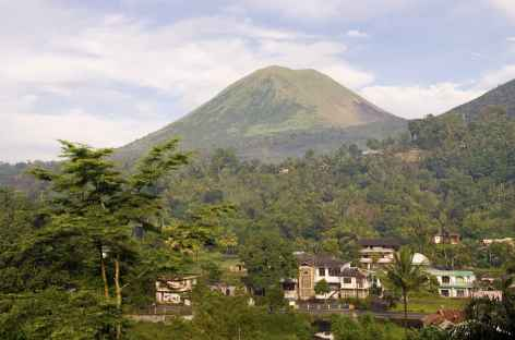 Petite ville de Tomohon, dominée par le volcan Lokon, Sulawesi - Indonésie -