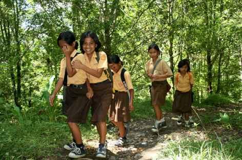 Ecolières en chemin , sur le hauteurs de Borobudur, Java - Indonésie -