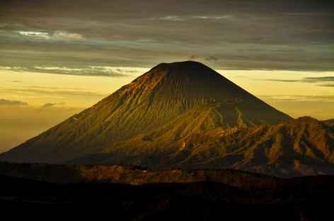 Lever de soleil sur le volcan Semeru, depuis Penanjakan, Java - Indonésie -