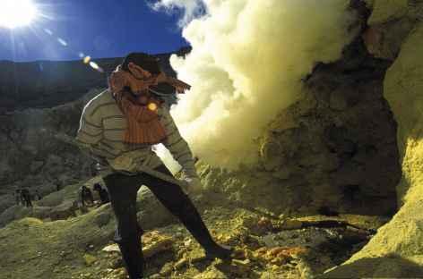 Forçat du soufre, volcan Kawah Ijen, Java - Indonésie -