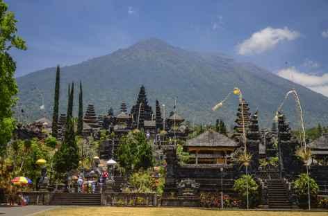 Temple de Besakih, en arrière-plan le volcan Agung, Bali - Indonésie -