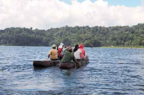Canot traditionnel sur le lac Bratan, Bali - Indonésie -