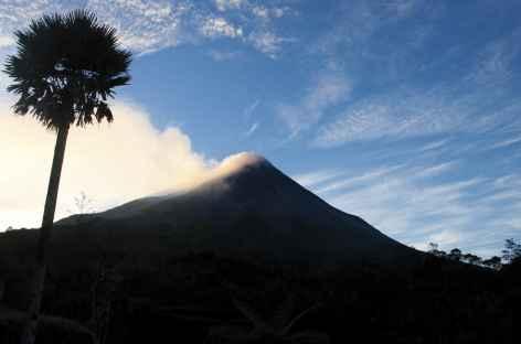 Lever de soleil au pied du volcan Merapi, Java - Indonésie -