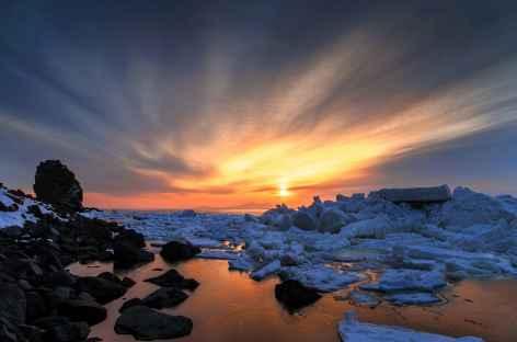 Lever de soleil sur la mer gelée, côte Est de Hokkaido - Japon -