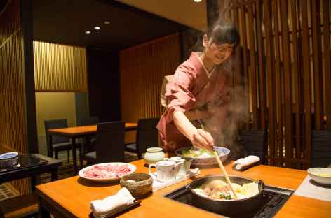 Dîner dans un restaurant traditionnel japonais, Kyoto - Japon -