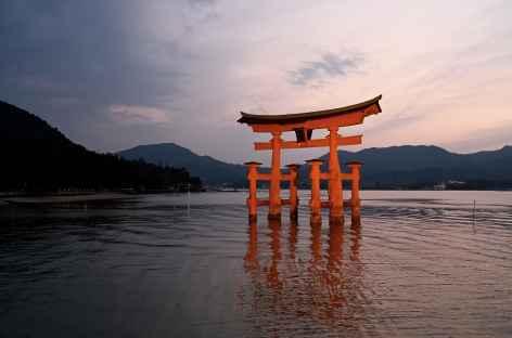 Torii flottant sur l'île de Miyajima - Japon -