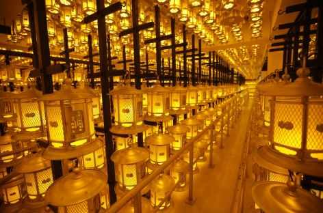 Lanternes dans le mausolée de Kobo Daishi, Koya San - Japon -
