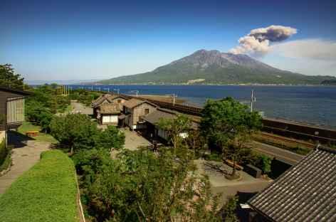 Volcan Sakurajima depuis le jardin de Sengan-en - Japon -