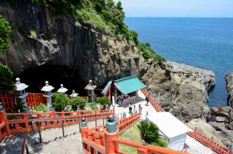 Sanctuaire shintoïste d'Udo surplombant l'océan - Japon -