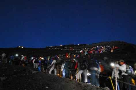 Montée de nuit au Fuji avec de nombreux Japonais -