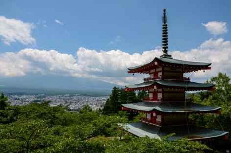 Le Fuji dans les nuages depuis la pagode de Chureito - Japon -