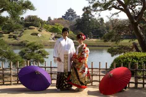 Mariés dans le parc du château d'Okayama - Japon -