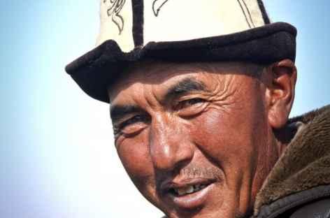 Nomade portant le chapeau traditionnel du Kirghizistan -