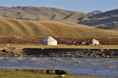 Yourte au bord d'un torrent - Kirghizie -