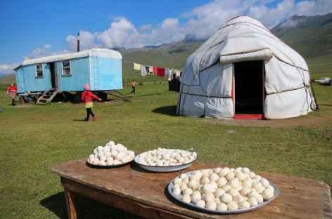 Le qurut, fromage des nomades, sèche au soleil - Kirghizie -
