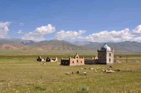 Mausolée nomade dans la plaine - Kirghizie -