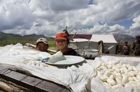 Jeunes nomades posant devant les qurut (fromages) - Kirghizie -