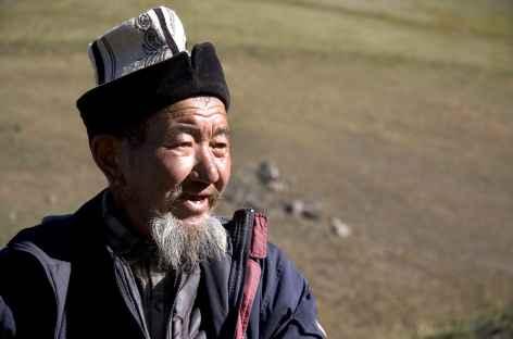 Berger en alpage portant la coiffe traditionnelle de la Kirghizie -