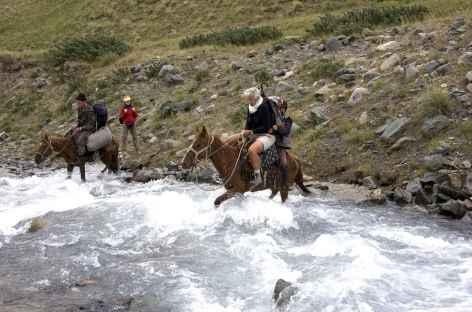 Les treks sont ponctués de traversée de gué - Kirghizie -