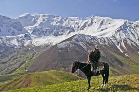 Nomade curieux face au Lénine - Kirghizie -