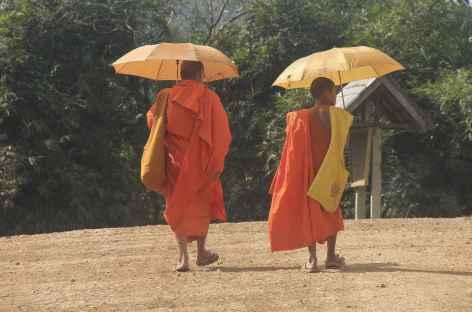 Rencontre avec des bonzes dans le village de Ban Na Mai - Laos -