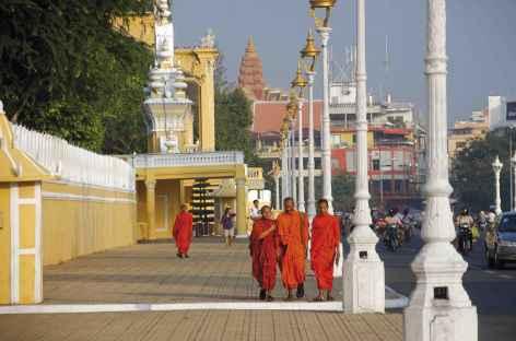 Bonzes dans les rues de Phnom Penh - Cambodge -