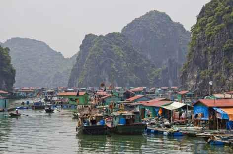 Village flottant dans la baie d'Halong - Vietnam -