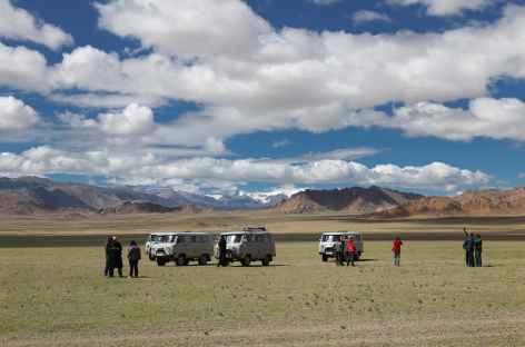 Véhicules dans la steppe - Mongolie -