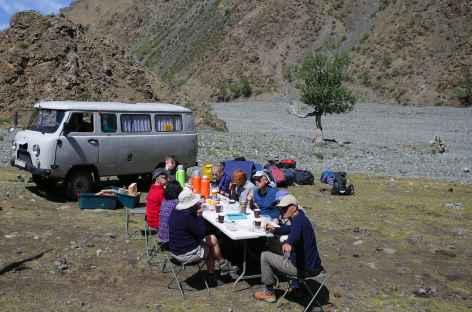 Pause et 4x4 russe - Mongolie -