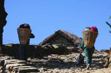 Porteuses au détour du village - Népal -