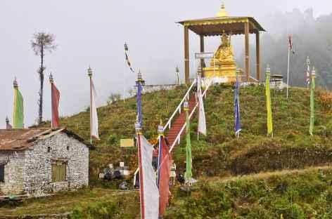 La statue d'or de Guru Rimpoché marquant l'entrée du pays sherpa - Népal -