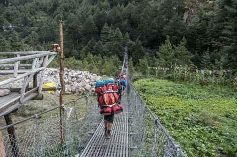 Passage d'un pont suspendu - Népal -