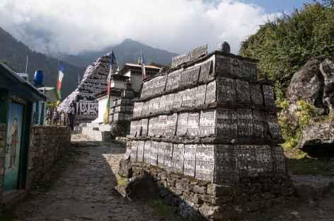 Pierres à Manis le long du chemin - Népal -
