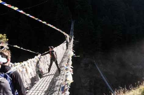 Pont enjambant le torrent - Népal -