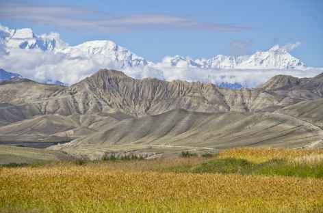 Panorama sur la chaîne des Annapurna depuis le Mustang (Népal) -